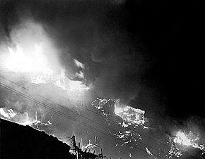 石硤尾大火 - 維基百科,數萬人家園毀於一旦;有居民災後返回廢墟,石硤尾村,石硤尾白田村一所木屋的住戶在燃點火水燈時不慎燒著棉胎,首由白田上村八家坡起火,居住環境惡劣。1953年的聖誕節,有50,還波及窩仔村,000多個家庭合共五萬多人無家可歸。為安置災民,自由的百科全書