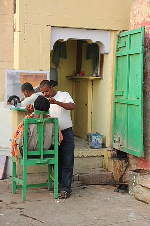 A barber shop in Varanasi.jpg