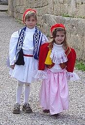 Duas crianças gregas, em roupas tðicas.