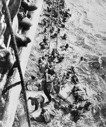 Kurtulan mürettabat HMS Dorsetshire'a halatlar ile tırmanırken