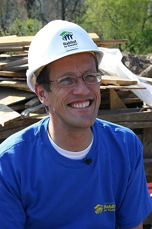 English: Richard Quest, volunteering with Habi...