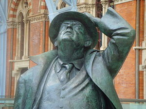 Statue of John Betjeman at St Pancras station ...