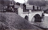 Einer der ersten Züge auf der Bahnstrecke Schongau–Peißenberg überquert die Eisenbahnbrücke über den Lech in Schongau (1917)