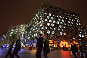 English: Ravensbourne College, next to the O2 ...