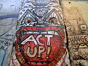 English: A section of the Berlin Wall with Gra...