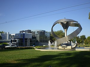 Español: Monumento a la Manzana y al fondo edi...