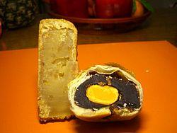 Gâteaux de lune fourrés au rhizome de lotus (gauche) et à la pâte de haricot rouge, avec jaune d'œuf (droite)