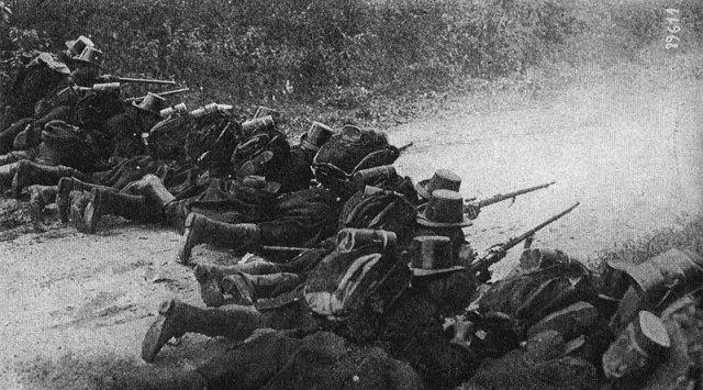 File:Liége - 1914 - Soldats d'infanterie prenant part à la défense de Liège dans les faubourgs d'Herstal.jpg