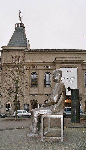 english: Bertolt Brecht memorial at Bertolt—Br...