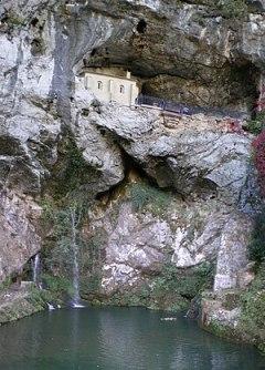 Español: Covadonga: Cueva santa y cascada.