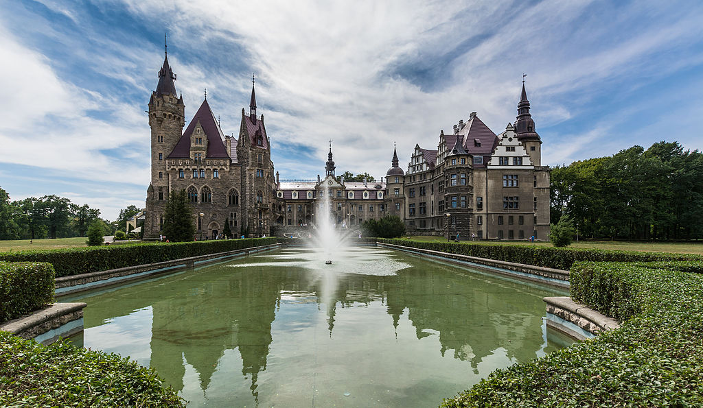 Zamek Moszna - widok zza fontanny