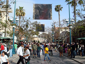 English: A busy day on Third Street Promenade ...