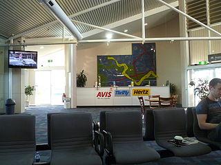 https://i2.wp.com/upload.wikimedia.org/wikipedia/commons/thumb/8/8b/Car_rental_desks_at_Wagga_Wagga_Airport.jpg/320px-Car_rental_desks_at_Wagga_Wagga_Airport.jpg