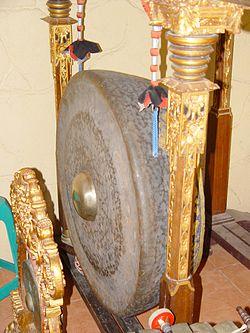 Gong, yang ditemukan pula di berbagai tempat di Nusantara, merupakan alat musik yang diperkirakan berakar dari masa perundagian.