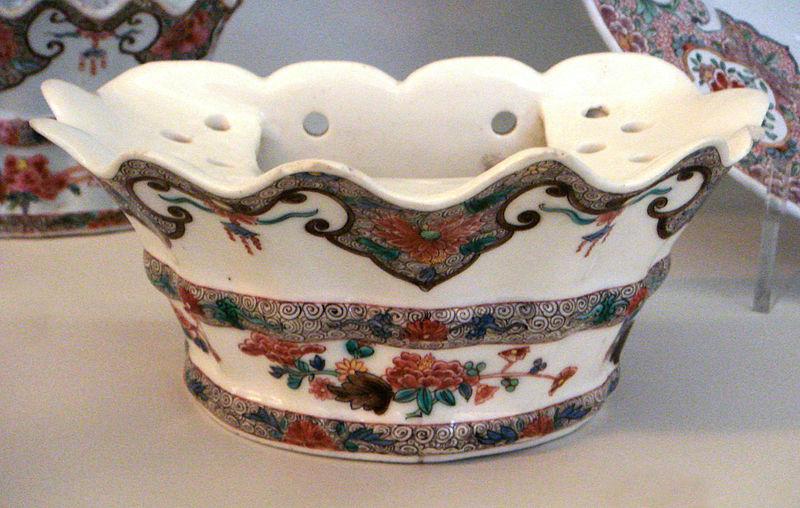 File:Saint Cloud soft paste porcelain flower holder Famille Rose 1730 1740.jpg