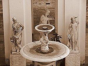 Fuente en la entrada del antiguo Cabildo de Mo...