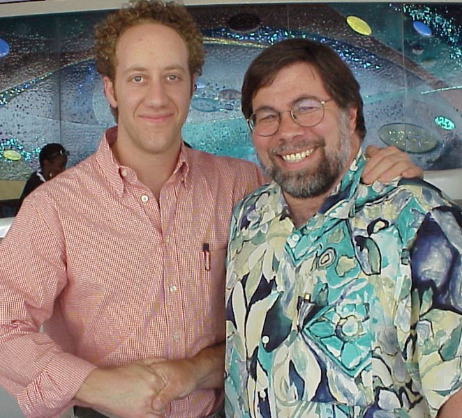 https://i2.wp.com/upload.wikimedia.org/wikipedia/commons/thumb/8/8d/Joey_Slotnick_%26_Steve_Wozniak.jpg/662px-Joey_Slotnick_%26_Steve_Wozniak.jpg