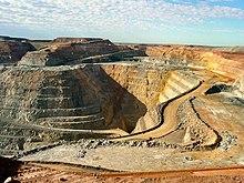 Galian tambang yang dalam, sehingga beberapa jalan tampak, warna tanah serupa karat