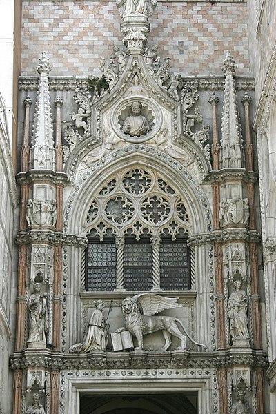rzeźba klęczącego Doży przed lwem, Porta della Carta, Pałac Dożów, Wenecja