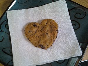 English: A heart-shaped cookie