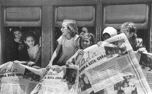 Archivo:Argentina - Niñas partiendo a una colonia de vacaciones de la Fundación Eva Perón.jpg