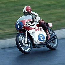 Photo de Giacomo Agostini pilotant sur le Nürburgring.