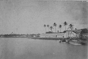 English: Old photo of boat landing at Lahaina,...