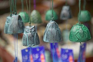 風鈴 Wind chimes, display in street in front of ...
