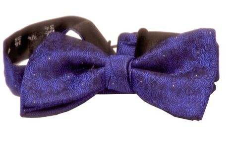 English: A blue bow tie.