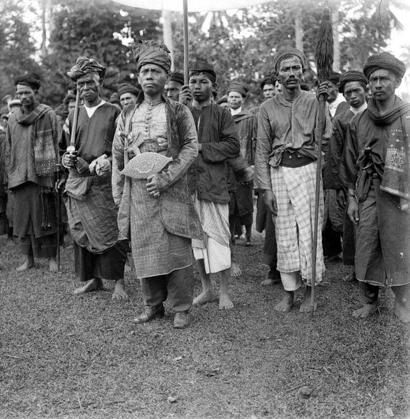 File:COLLECTIE TROPENMUSEUM Adathoofden van de Minangkabau met gevolg TMnr 10026889.jpg