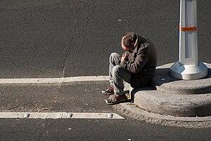 Français : Clochard parisien au milieu du boul...