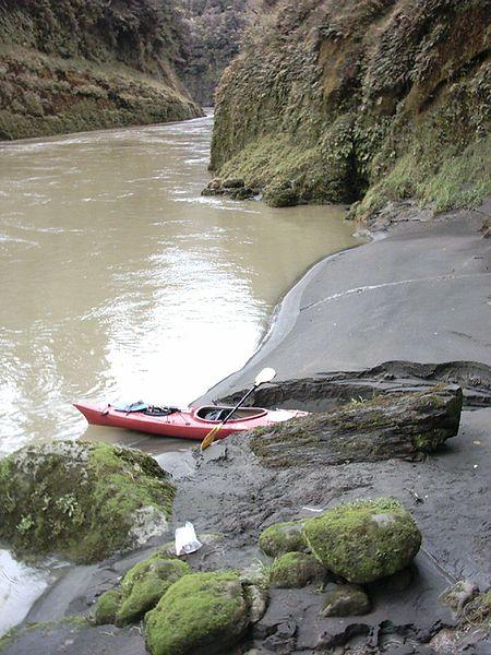 File:Kayaking On The Whanganui.jpg