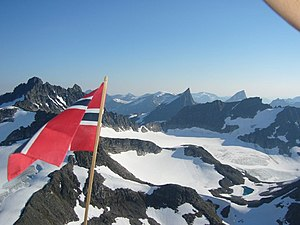 Norsk flagg over norske fjell