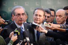 Eduardo Cunha (left) at a press conference with fellow PMDB member Renan Calheiros (middle) on 21 May 2015.