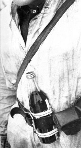 Een Molotov cocktail in de riem van een Finse soldaat