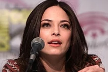 Kristin Kreuk at WonderCon 2013 (8609402842).jpg