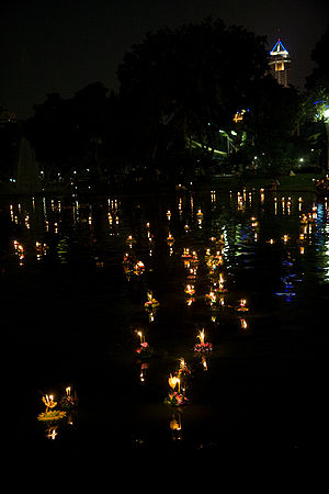English: Celebrating Loy Krathong in Lumpini P...
