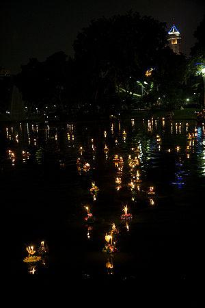 English: Celebrating Loy Krathong in Lumpini P...
