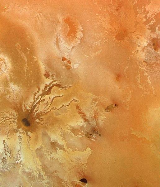 गुरू के चन्द्रमा आयो पर ज्वालामुखी से लावे का प्रवाह