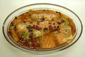 Saumon cru, mariné au vinaigre, (avec estragon et baies roses). Le saumon est riche en  Oméga-3 qui agit sur le métabolisme du cholestérol, avec effet bénéfique sur le HDL, élément diminuant le risque d\\\'athérome.(résolution réelle 1563×1051)