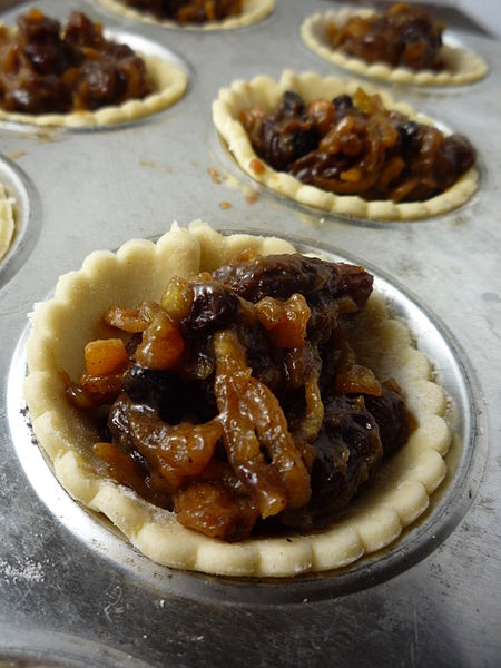 File:Making Mmnce pies - tarts in baking tray.jpg