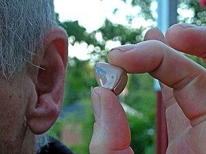 Česky: Naslouchadlo – instalace do ucha Englis...