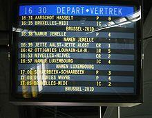 Zweisprachiges Brüssel. Bildschirm, der die Abfahrt der Züge angibt: DEPART / VERTREK