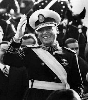Español: Juan Domingo Perón con la banda presi...