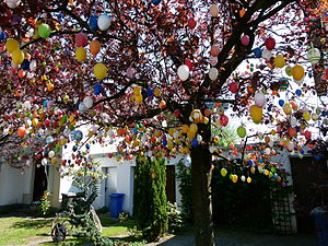 Easter eggs in a tree Français : Oeufs de Paqu...
