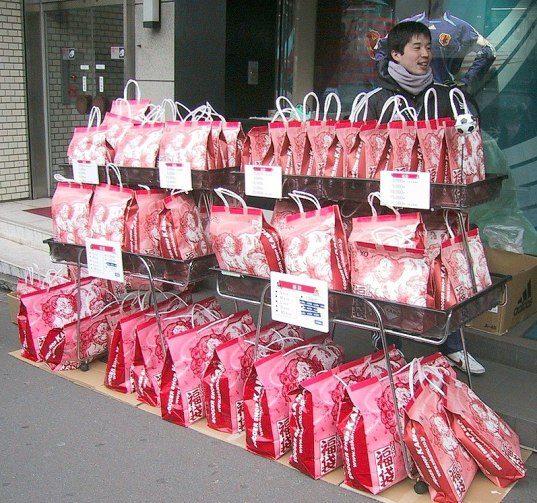 Fukubukuro costume típico de ano novo no japão, shougatsu