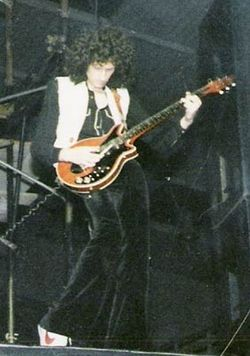 Brian May en un concierto de Queen de 1979.