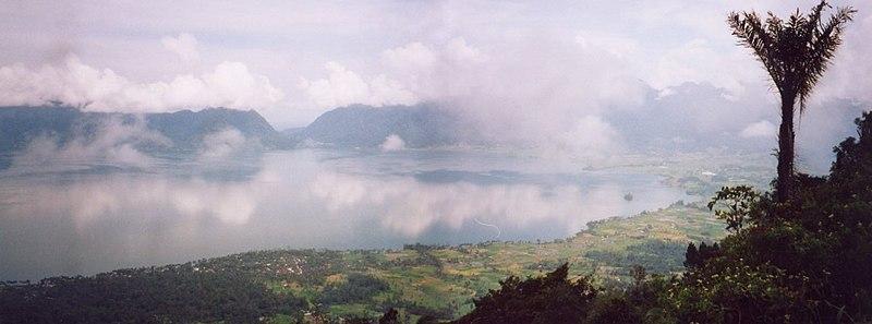 Berkas:Lake Maninjau3.jpg