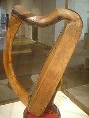 https://i2.wp.com/upload.wikimedia.org/wikipedia/commons/thumb/9/9a/Celtic_harp_dsc05425.jpg/180px-Celtic_harp_dsc05425.jpg
