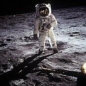 Buzz Aldrin camina sobre la superficie de la Luna durante la misión Apolo 11.